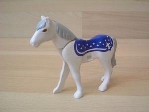 Cheval nouvelle génération blanc couverture bleu