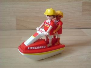 Sauveteurs avec scooteur des mers neufs