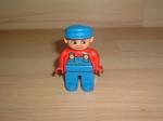 Homme salopette et casquette bleue