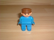 Homme polo bleu casquette marron