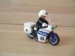 Moto de police avec policier