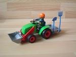 Fermier avec tracteur neuf