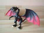 Dragon noir géant avec selle